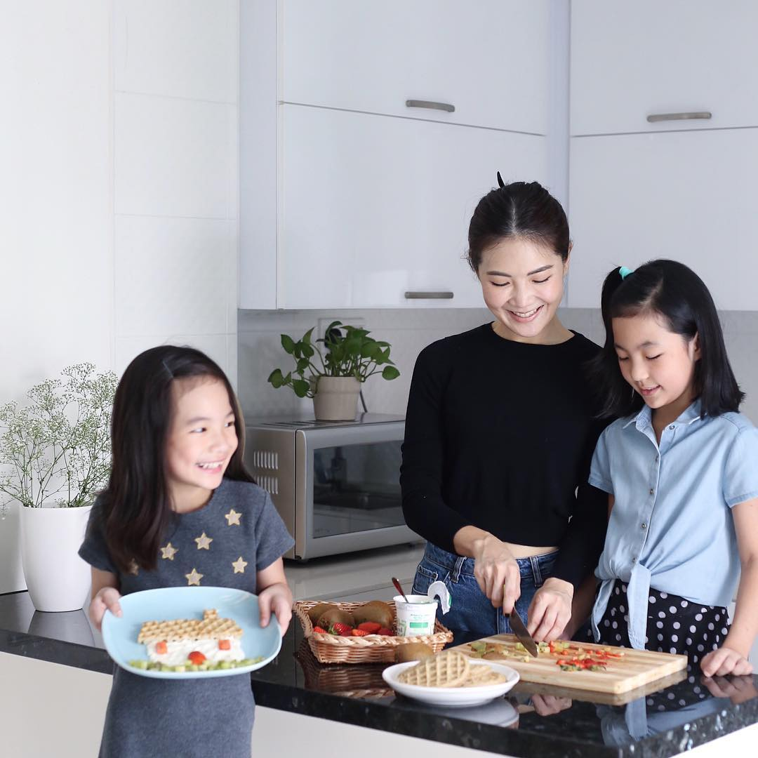 Instagram sam and 2 daughters international food artist
